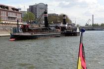 Die Fahrt geht vorbei an den Museumsschiffen Oscar Huber und Minden Richtung Rhein