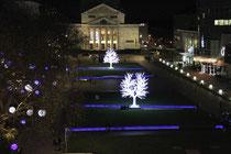 Dezember 2012 - Am 22. November wurde der Duisburger Weihnachtsmarkt eröffnet. Besondere Aufmerksamkeit zieht dieses Jahr mit zwei Glitzerbäumen, Leuchtkugeln und Schneegestöber am Stadttheater der König-Heinrich-Platz auf sich.