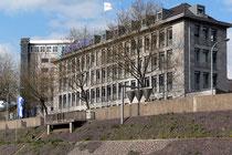"""Verwaltungsgebäude der Imperial-Reederei, davor das Kunstobjekt """"Filter"""""""