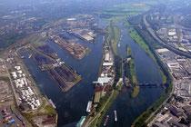 Hafenkanal mit Hafenbecken A, B und C. Rechts daneben die Ruhr mit Schleuse und Wehr.