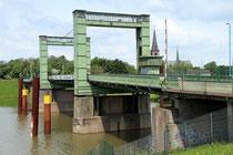 Juni 2013 - Die denkmalgeschützte Hubbrücke über den Walsumer Nordhafen ist marode und für den Kfz-Verkehr gesperrt. Noch ist unklar, ob sie saniert wird oder ob eine neue Brücke gebaut wird.