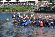 Juli 2005 - Das Internationale Hafenfest am Innenhafen war Anziehungspunkt für Tausende. Deutschlands größte Drachenboot Fun-Regatta war eine der Hauptattraktionen.