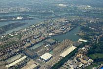 Der zueschüttete Nordhafen, der Südhafen, Hafenkanal mit Hafenbecken A und die Ruhr (von unten nach oben).