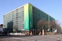 Februar 2014 - Die gesamte Front der Galeria Kaufhof an Friedrich-Wilhelm-/Düsseldorfer Straße ist zurzeit eingerüstet, weil die charakteristische Waben-Fassade abgerissen wird. Die Fassaden-Teile werden gegen eine Spende für ein Kinderheim abgegeben.
