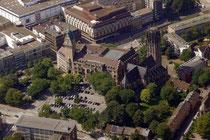 Oktober 2009 - Aus dem Flugzeug sehen wir das Rathaus und die Salvator-Kirche - davor der Burgplatz und das Kaufmännische Berufskolleg Mitte. Der Masterplan von Sir Norman Foster sieht hier gewaltige Änderungen vor.