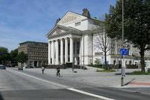 August 2007 - Der neu gestaltete Platz vor dem Stadttheater - jetzt Opernplatz genannt - macht die ehemals 4-spurige Landfermannstraße zur verkehrsberuhigten Zone. Das sorgt bei vielen Duisburgern für Missstimmung.