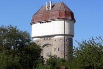 Juli 2007 - Der 35 m hohe Wasserturm in der Eisenbahnsiedlung in Friemersheim wurde 1915-1916 zur Versorgung der Dampfloks erbaut. Seit 1981 wird er für Wohnungen und Ateliers neu genutzt.