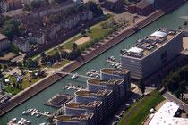 Innenhafen mit Marina vor dem Five Boats und dem Hitachi-Gebäude.