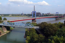 Oktober 2007 - Die 1954 errichtete Friedrich-Ebert-Brücke aus ungewöhnlichem Blickwinkel: vom Dach des 100 Jahre älteren Hebeturms in Homberg aus fotografiert.