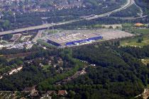 Ikea in Meiderich. Darüber die A42.