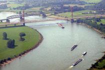 Die A42-Autobahnbrücke und die Haus-Knipp-Eisenbahnbrücke zwischen Beeckerwerth und Baerl.