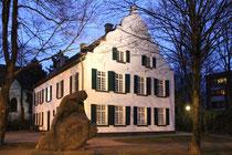 Mai 2012 - Der Oberhof in Beeck ist ein alter Adelssitz aus dem 9. Jahrhundert, der seit 1991 unter Denkmalschutz steht. Nach umfangreichen Renovierungsarbeiten dient er seit November 2011 als Bürger- und Kulturzentrum.