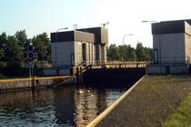 Bei Oberwasser befindet sich ein Hubsenktor. Das Oberwasser liegt bei konstant +25 m NN.