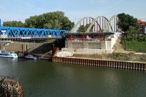 Juni 2014 - Seit vielen Monaten wird die Brücke über den Vinckekanal neu gebaut. Seitdem quält sich der Verkehr über die blaue Hilfsbrücke. Im Herbst soll endlich der Brückenschlag erfolgen, damit bald der Verkehr 6-spurig über die neue Brücke rollen kann