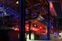 August 2011 - Total ungewöhnlich und sehr beliebt - das Sommerkino im Landschaftspark Duisburg-Nord. Ein überdachtes Open-Air-Kino in skurriler Umgebung. Das Foto entstand bei der Extraschicht - der Nacht der Industriekultur.