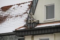 Laar - Laarer Junge auf einem Haussims am Rhein