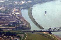 Kultus- und Südhafen mit Eisenbahnbrücke.