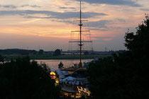 August 2008 - Sonnenuntergang an der Mühlenweide in Ruhrort während des Hafenfestes. Der 38 Meter hohe Flaggenmast, Jahrgang 1960, wartet noch auf seine Sanierung und ist deshalb in diesem Jahr nicht beflaggt.
