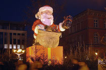 Dezember 2004 - Bis zum 22.12. grüßt Nikolaus die Besucher des Duisburger Weihnachtsmarktes.