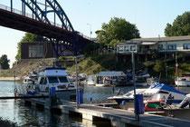 """Juni 2007 - Die Marina im Eisenbahnhafen Ruhrort. Bald soll das Gelände komplett umgebaut werden - zur """"Waterfront"""": Wohn- und Geschäftshäuser, eine Markthalle und eine größere Marina."""