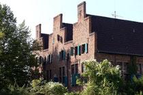 Oktober 2006 - Das älteste Wohngebäude Duisburgs - das Dreigiebelhaus - wurde 1536 erstmals urkundlich erwähnt. Es beherbergt neben einem Restaurant auch ein Künstleratelier, in dem Stipendiaten des Wilhelm-Lehmbruck-Förderpreises wohnen und arbeiten.