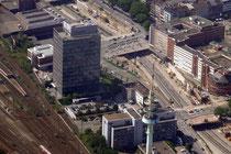 Targobank-Gebäude am Hauptbahnhof. Vorne der Fernsehturm.