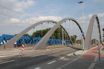 Juli 2015 - Nach 4-jähriger Bauzeit kann die neue Vinckebrücke im Zuge des Oberbürgermeister-Lehr-Brückenzuges in Ruhrort endlich genutzt werden. Ab 2016 sollen dann die anderen 3 Brücken durch 2 Brücken-Neubauten und einen Damm ersetzt werden.