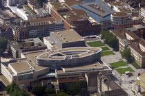 City Palais (mitte) am König-Heinrich-Platz mit Landgericht(rechts) und Forum (oben).
