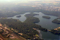 Sechs-Seen-Platte: Haubach-, Wildförster-, Wolfssee und unterhalb der Fußgängerbrücke die Yachten auf dem Masurensee.
