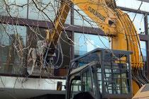 Februar 2005 - Am 13. Januar leitete OB Sauerland mit diesem Bagger den Abriss der Mercatorhalle und den Neubau des Veranstaltungszentrums mit Spielcasino ein.