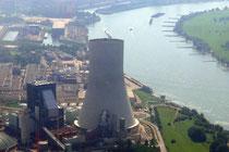 Blick über den Kühlturm des Kraftwerks zum Rhein. Links sind der Südhafen Walsum und der Hafen Schwelgern zu erkennen.
