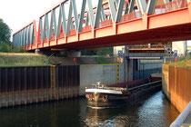 Ausfahrt aus der Schleuse in den Hafenkanal, Richtung Rhein.