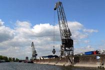 Juni 2006 - Kräne auf der Schrottinsel: so kennt man Europas größten Binnenhafen. Fotografiert von Bord der Rheinfels aus - an einem wechselhaften Tag im Mai.
