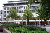 Blick vom König-Heinrich-Platz auf Karstadt