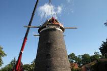 Juli 2011 - Die Lohmühle in Baerl hat ihre Kappe wieder. Ein 16-Tonnen-Kran einer holländischen Spezialfirma hob sie nach ihrer Restaurierung auf die 153 Jahre alte Mühle. Ziel ist es, in der Mühle wieder Korn zu mahlen und daraus Baerler Brot zu backen.