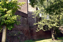 Oktober 2005 - Ein schöner Spätsommertag. Die gut erhaltenen Reste der Stadtmauer liegen - leider etwas versteckt - am Innenhafen, kurz vor dem Marientor.