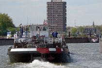 Ein Schiff vor der Kulisse von Homberg