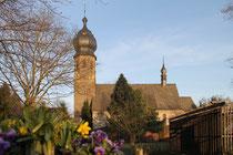 April 2013 - Frau Holle hat in diesem Jahr wirklich einen langen Atem. Auch an Ostern schneite es weiße Flocken, wo doch jeder auf den Frühling wartet. Bunte Blumen finden sich nur in Schalen - wie hier an der kath. Pfarrkirche St. Hubertus in Rahm.