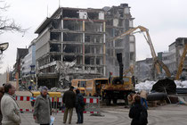 Februar 2006 - Die Neugestaltung der Innenstadt schreitet voran. Für den Bau des Einkaufszentrums Forum wurde im Januar - beobachtet von vielen Schaulustigen - das alte Karstadt-Haus an der Königstraße abgerissen.