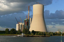 September 2008 - Der gewaltige Kühlturm für das neue Steinkohlekraftwerk in Walsum steht kurz vor der Fertigstellung. 2010 wird das Werk in Betrieb gehen. Das Foto entstand vom Osoyer Rheinufer aus in der Abendsonne.