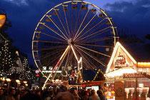Dezember 2005 - Der Duft von Glühwein und gebrannten Mandeln liegt in der Luft - es ist wieder Weihnachtsmarkt. 130 Stände, eine 400 qm große Eisbahn und ein 38 m hohes Riesenrad locken die Besucher an.
