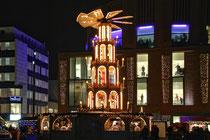 Dezember 2014 - Im Dezember gehen viele Duisburger trotz fallender Temperaturen gerne wieder zum Weihnachtsmarkt in der City und es gibt nur noch ein Lieblingsgetränk: Glühwein. Dafür trifft man sich gerne an der Glühwein-Pyramide vor dem Forum Duisburg.