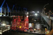 Januar 2012 - Neben der maroden Brücke über den Vinckekanal in Ruhrort wurde am 20.12.2011 die vorher montierte Behelfsbrücke mit Hilfe von 2 Achtachsern und einem Schwimmponton in ihre Position geschoben. Ab Frühjahr 2012 wird der Verkehr darüber rollen.