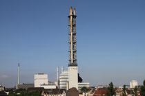 August 2014 - Der Stadtwerke-Turm ist besonders bei Nacht ein Wahrzeichen für Duisburg. Er wurde unter Denkmalschutz gestellt, wird aber als Kamin nicht mehr gebraucht und soll abgerissen werden. Wie lange wird er noch die Duisburger nach Hause geleiten?