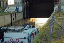 Das unterwasserseitige Schleusentor wird geschlossen.
