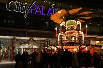 Dezember 2009 - Glühwein bei 15 Grad? Irgendwie sah Winter früher anders aus! Egal - es ist wieder Weihnachtsmarkt auf der Kö - und der ist Anziehungspunkt für Jung und Alt.