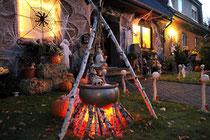 November 2010 - Halloween findet in den letzten Jahren auch in Deutschland immer mehr Anhänger. Aber einmalig ist wohl diese Dekoration eines Hauses in Fahrn. Obwohl es etwas abgelegen am Ende einer Straße liegt, wird es doch von vielen Menschen bestaunt.