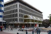 Blick von der Königstraße auf das Karstadt-Gebäude, rechts der Wertheim-Brunnen