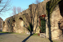 Februar 2009 - Die mittelalterliche Stadtmauer - hier der Bereich zwischen Obermauerstraße und Kuhlenwall - ist durch Umwelteinflüsse stark gefährdet. Sie soll deshalb in den nächsten Jahren restauriert und instand gesetzt werden.