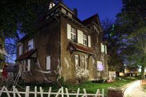 November 2013 - Die leitenden Angestellten von Krupp Rheinhausen wohnten in der Nähe des Werks. Seit Ende der 1980-er Jahren standen die Bliersheim-Villen jedoch leer. Einige sind mittlerweile renoviert. Eine aber bildete zu Halloween das Horror-Haus...